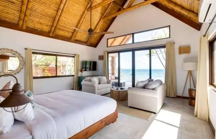 Las habitaciones cuentan con una cama matrimonial y una estancia con vista al mar
