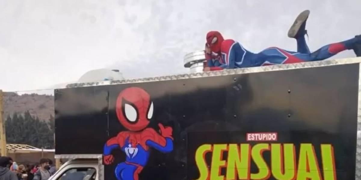 """""""Sensual food truck"""": Sensual Spiderman se pone con carrito de alimentos para ayudar a familias durante la pandemia"""