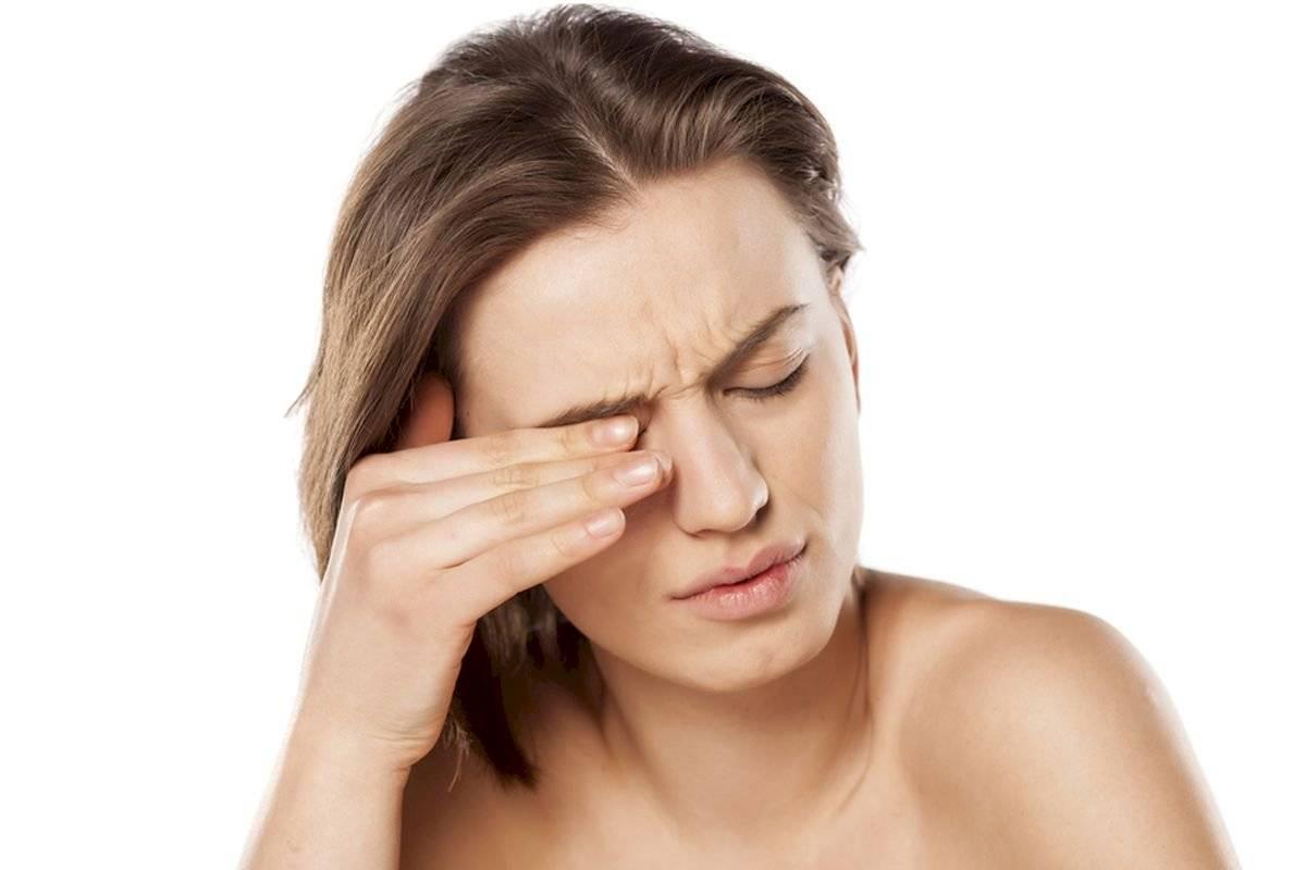 Este tratamiento estético puede generar enrojecimiento, hinchazón, formación de edemas, y picor en los ojos.