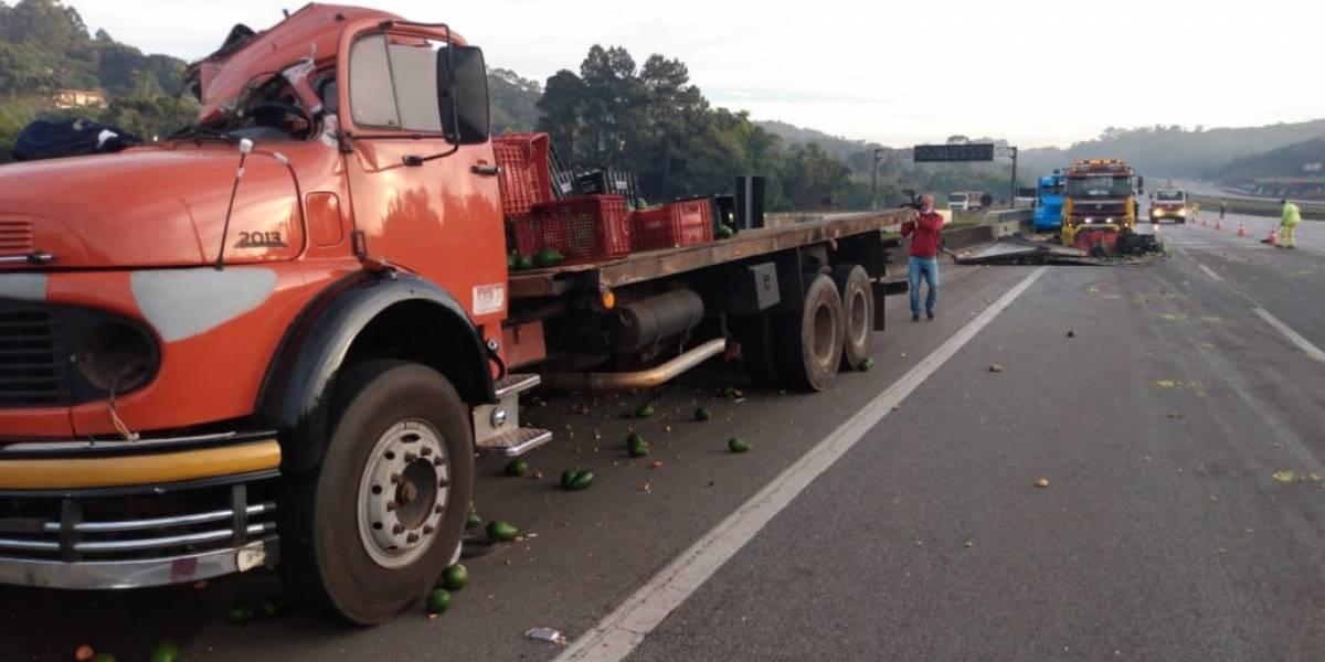 Acidente na rodovia dos Bandeirantes tem carga na pista e bloqueio total