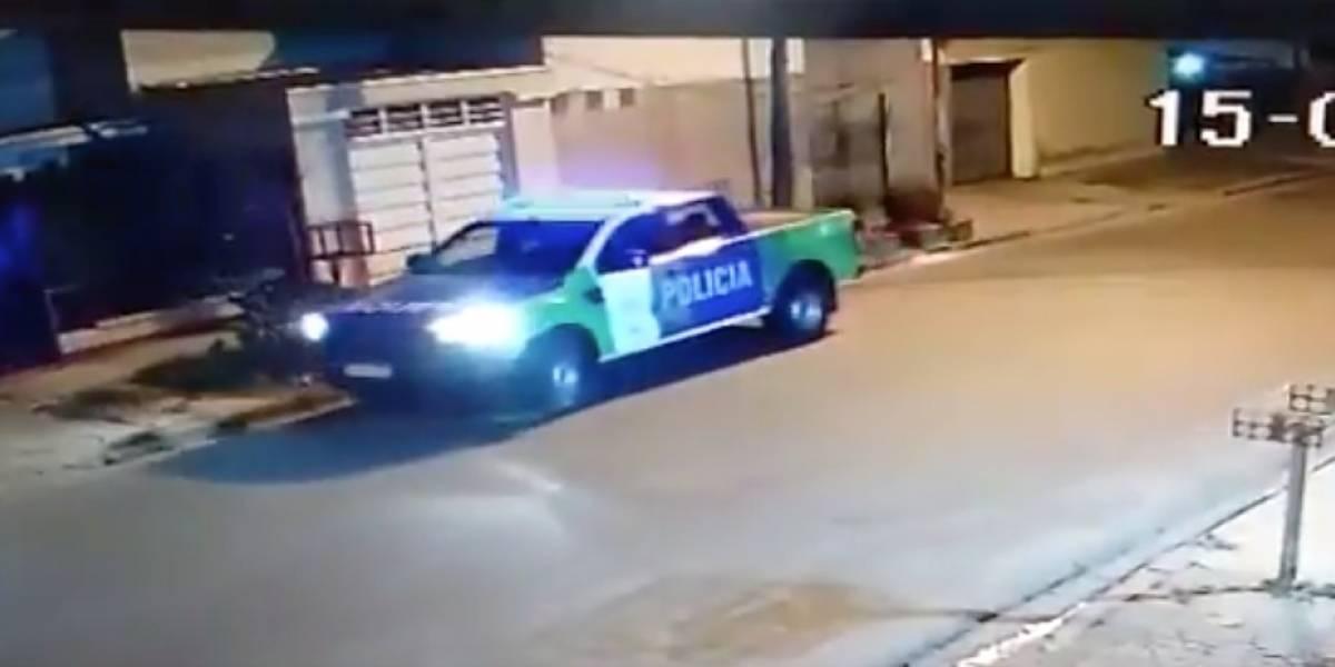 Estamos todos locos: graban a dos policías jugando a reventar un globo con la patrulla y terminan suspendidos