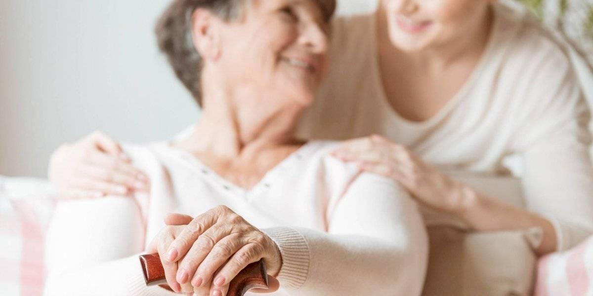 Los riesgos del encierro: académicos proyectan daños en la salud mental de cuidadores de personas con demencia