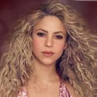 Shakira luce sensacional con un pantalón de malla y flecos vino tinto y mini top