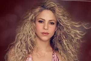 Shakira deslumbra en blazer blanco con con mangas de encaje cristalizado y lo combina con playera de gasa