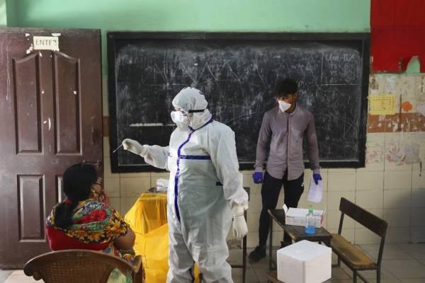 Hombre usa mascarilla de oro para protegerse del coronavirus