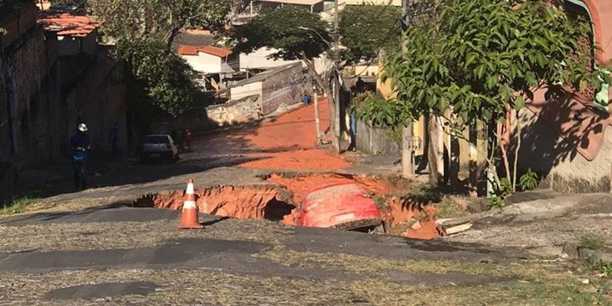 Cratera engole carro em bairro de Belo Horizonte