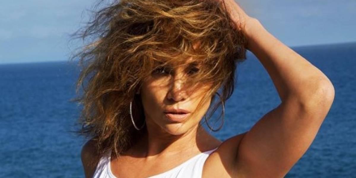 Jennifer Lopez infarta con unos leggings y mini top rosa saliendo del gimnasio