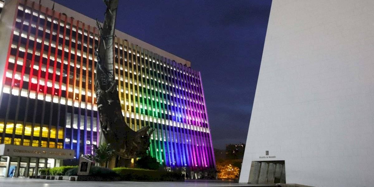 Medellín se ilumina con los colores LGBTIQ+ como símbolo del orgullo y la diversidad