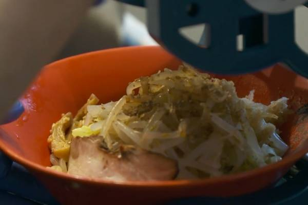 Presentan una sopa de fideos con hielo para combatir el calor en Japón
