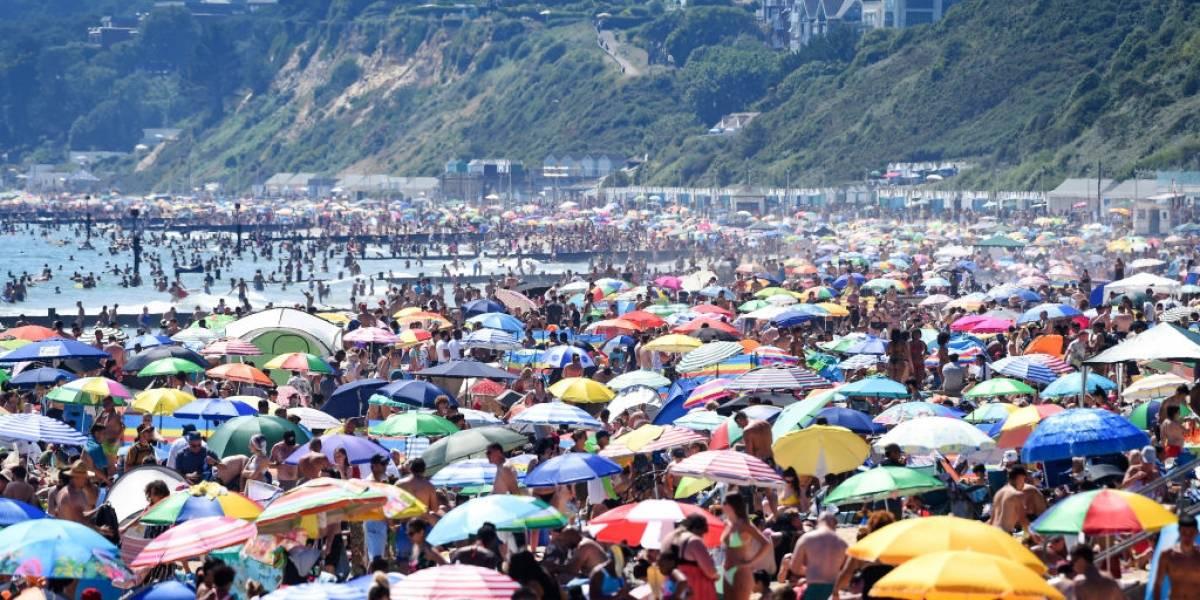 Porfiados hay en todo el mundo: ingleses repletan playas sin ninguna medida de autocuidado por coronavirus