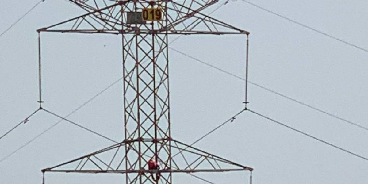 Desesperado se iba a lanzar de una torre de energía pero un milagro cambió su situación