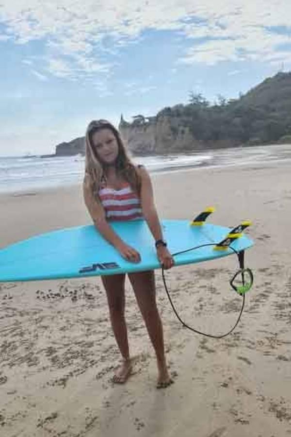 Mia-Barrera-surfista