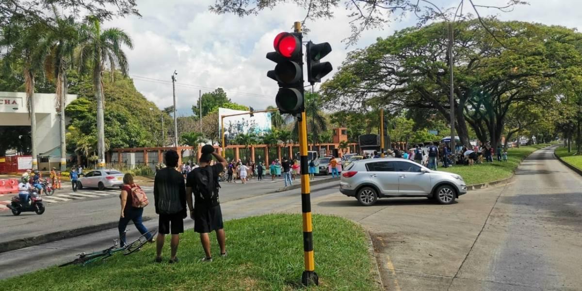 Bloquean calle de batallón militar para exigir justicia por niña violada