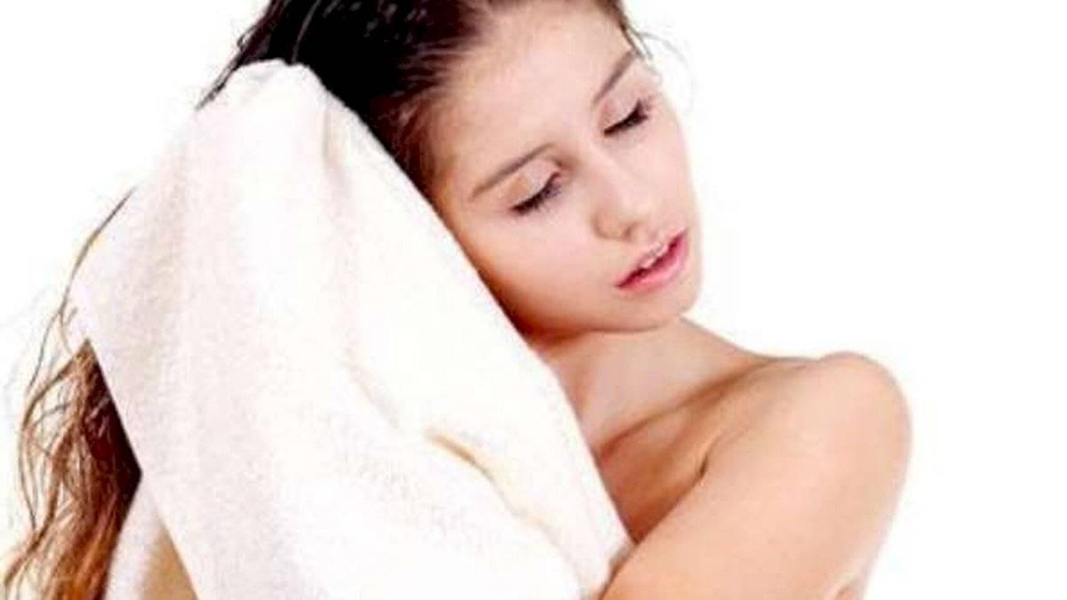 Frotarse el cabello con una toalla puede tornarlo más quebradizo