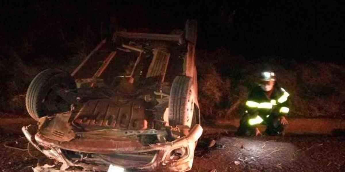 Mulher irritada puxa o volante na estrada e capota o carro em briga de casal