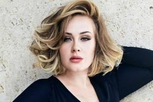 Adele en maxi blazer y leggins negros muestra cómo mesclar comodidad y elegancia