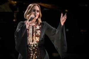 Adele enamora con un maxi abrigo Balenciaga, pantalón ajustado y botas