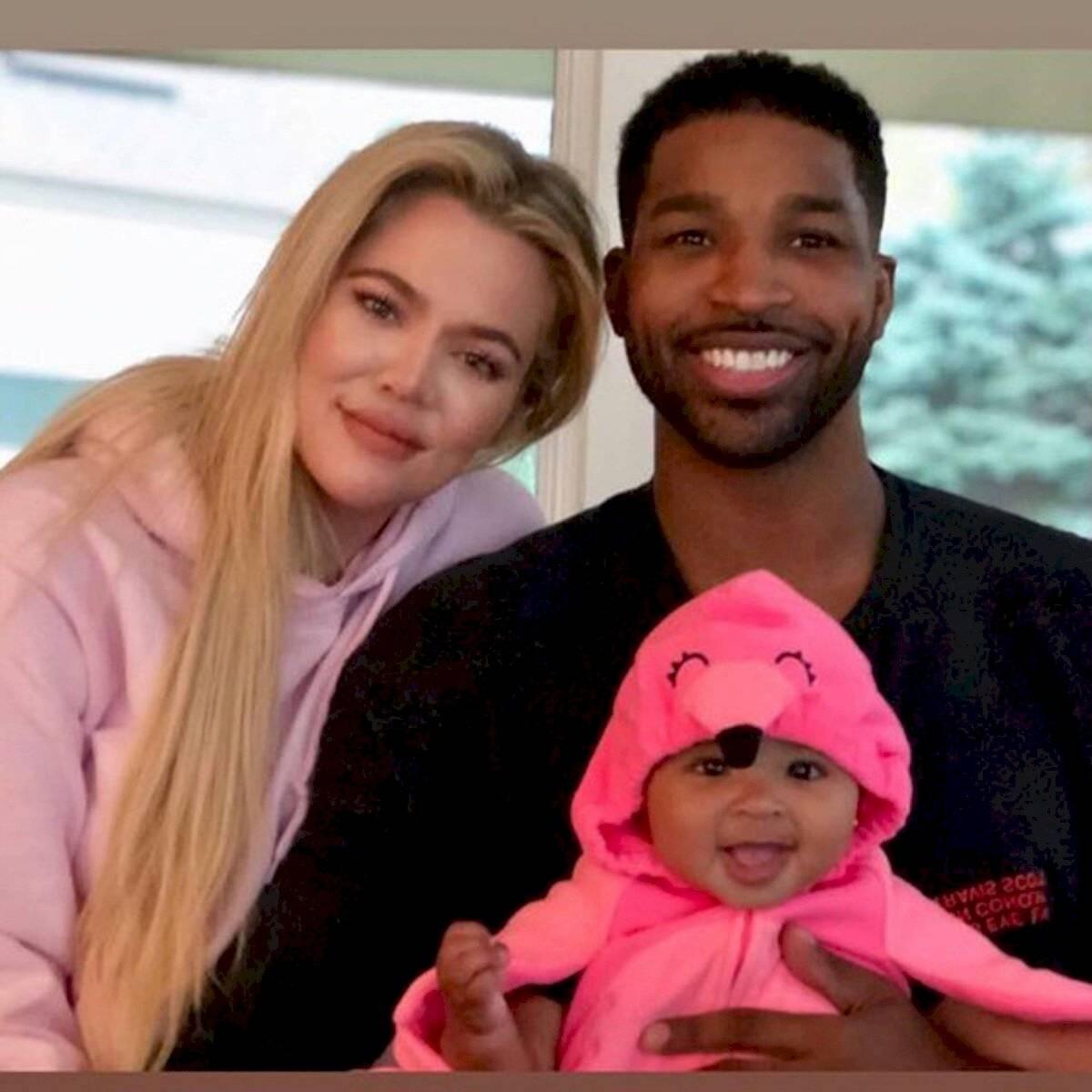 Tristán Thompson y Khloé Kardashian junto a su hija True más pequeña