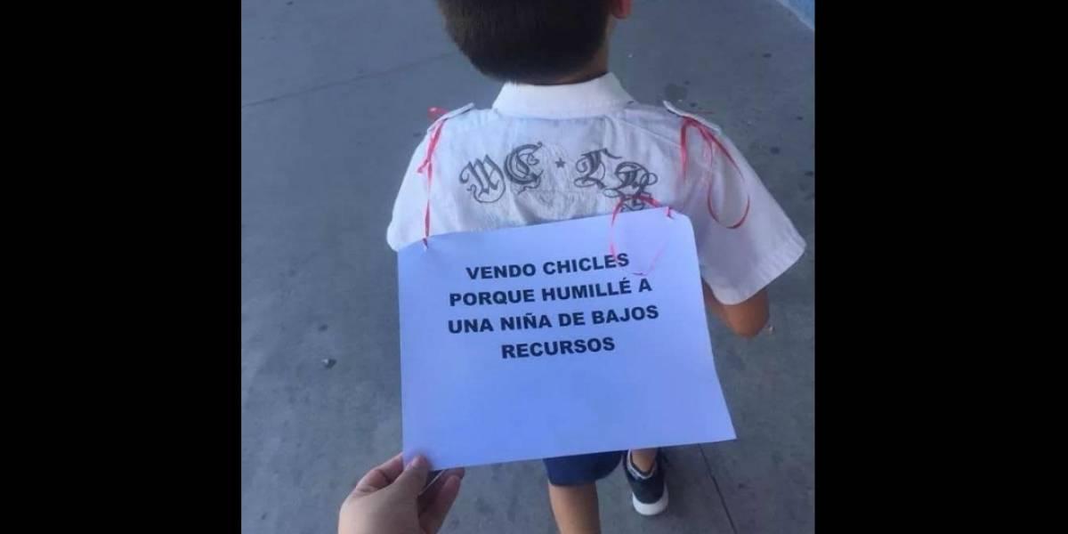 Ponen a un niño a vender chicles en la calle por humillar a una menor de escasos recursos