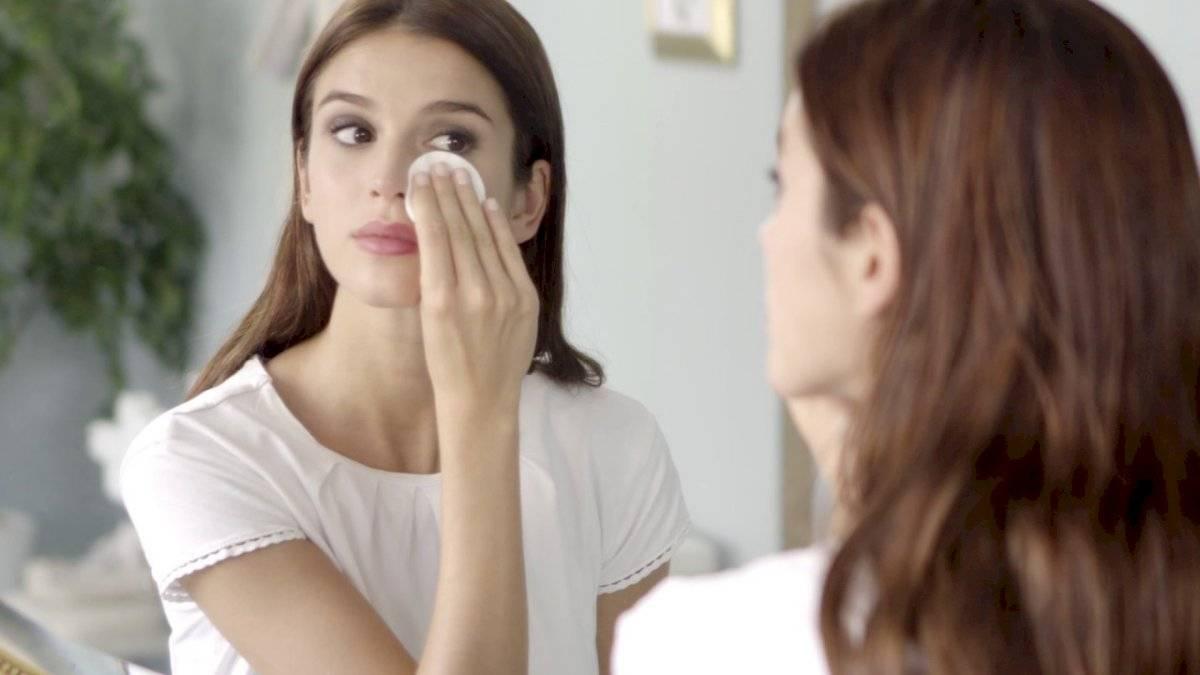 El tónico remueve las impurezas de la piel y minimiza los poros abiertos