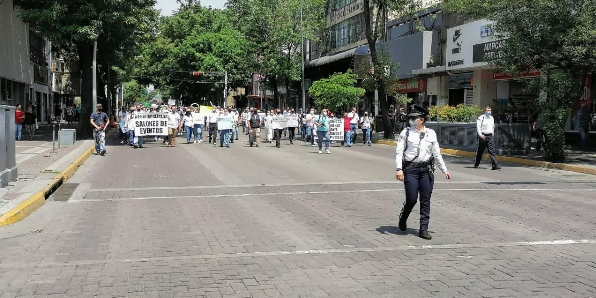 Meseros demandan con marcha que se reactiven los eventos sociales en Jalisco