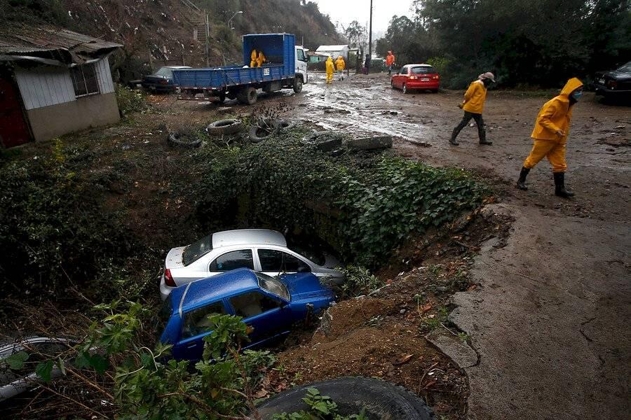 Autos caen a un estero tras desprendimiento de una ladera en el cerro Rocuant, en Valparaíso / Foto: Aton Chile