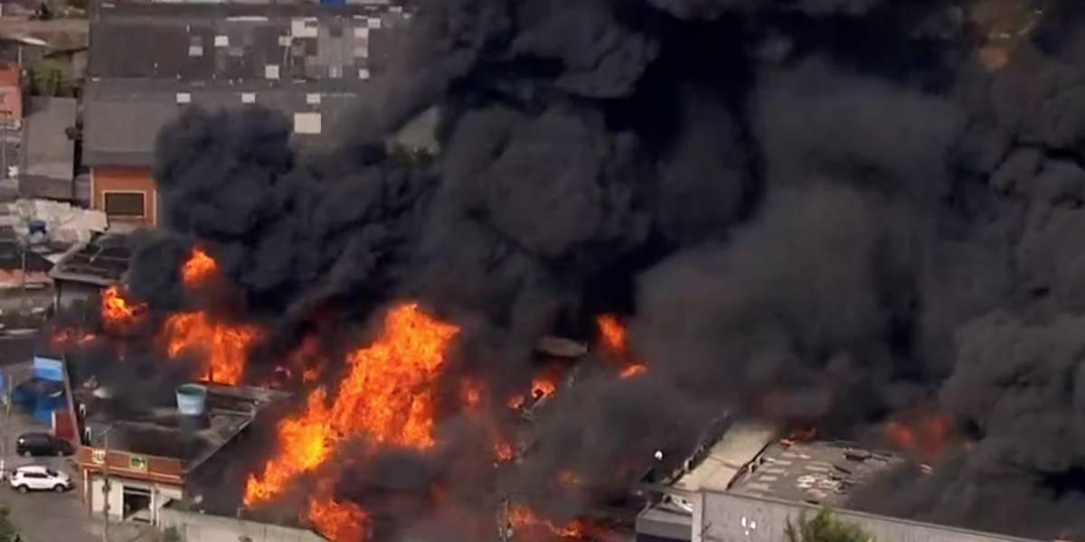 Grande incêndio atinge indústria química em Guarulhos