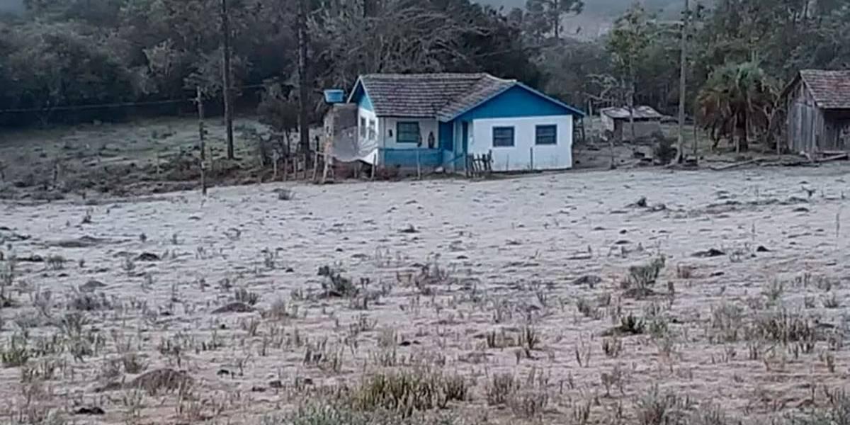 Serra Catarinense amanhece com chão coberto de gelo