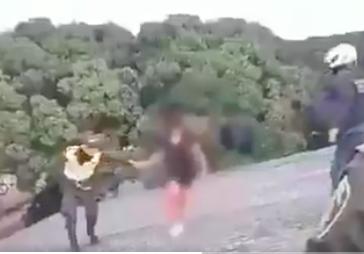 (Video) Auxiliar de Policía evitó que niña de 11 años se lanzara al vacío