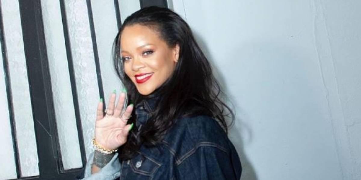 Rihanna seduce con vestido transparente y flecos bailando sensualmente