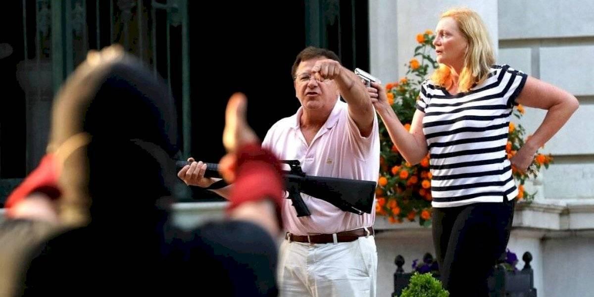 Pareja blanca apunta con rifle y pistola a manifestantes en San Luis