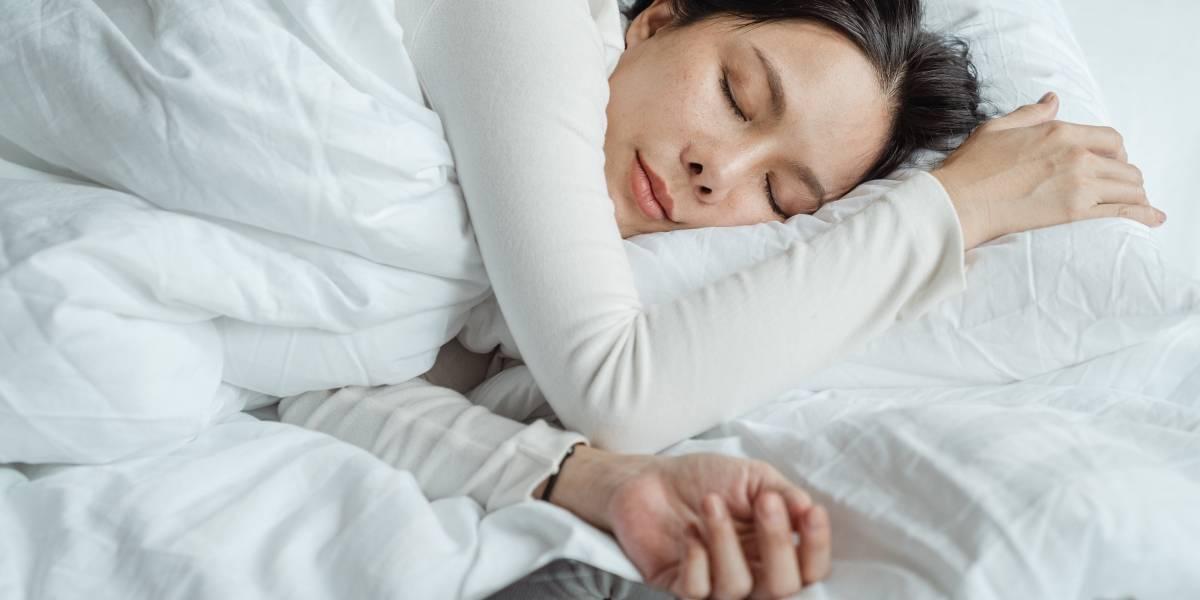 ¿Es peligroso dormir con el celular bajo la almohada?