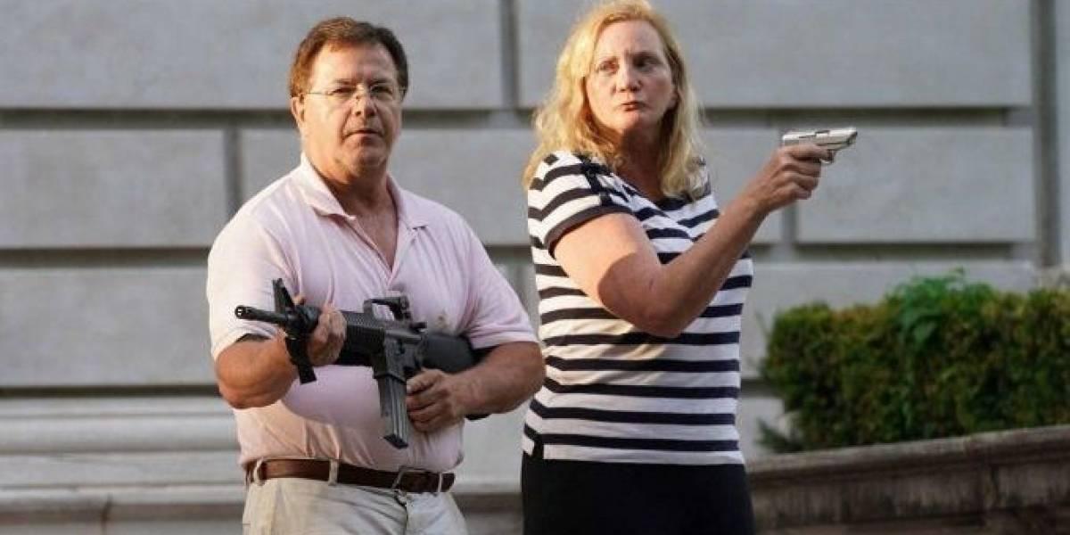 ¿Defenderías así a tu alcalde? Una pareja amenazó con armas a una marcha pacífica contra una alcaldesa