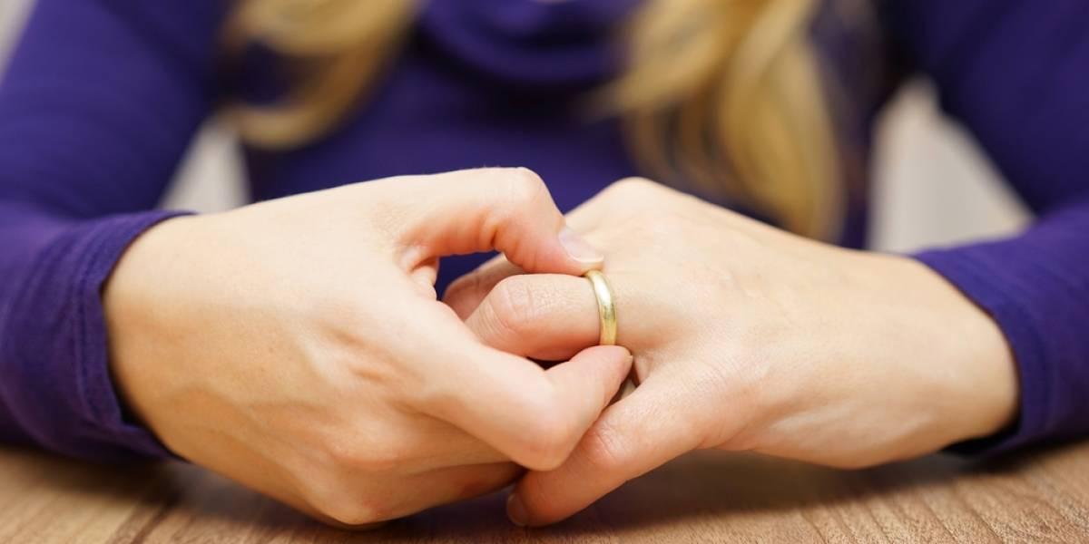 El drama de una mujer que se le trabó un anillo en el dedo y terminó pidiendo ayuda a los bomberos
