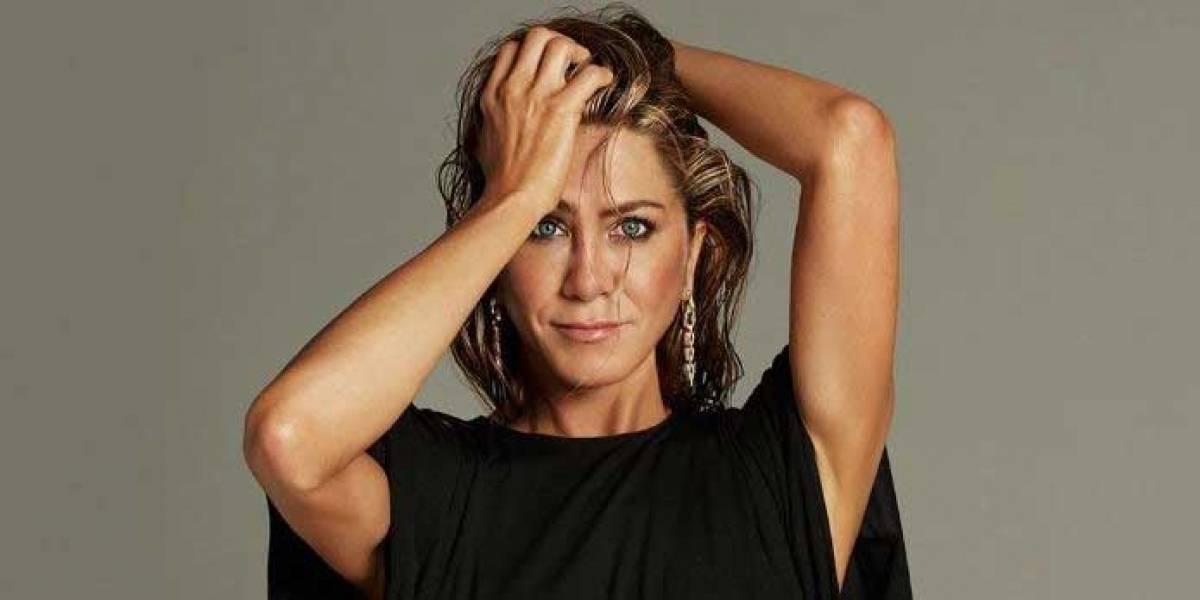 Jennifer Aniston con short de jean y sudadera negra está lista para el invierno