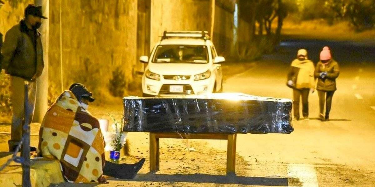 Colapsan los servicios fúnebres en Bolivia y hacen velorios en la calle