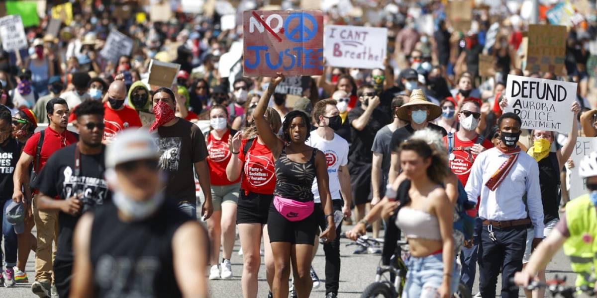 Despiden a policía por fotos sobre detención en la que falleció un afroamericano