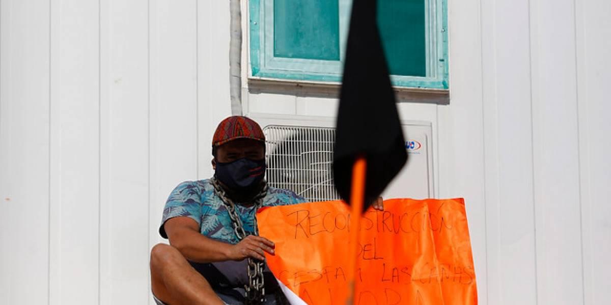 Hombre se encadena en Valparaíso como forma de protesta por reconstrucción de Cesfam
