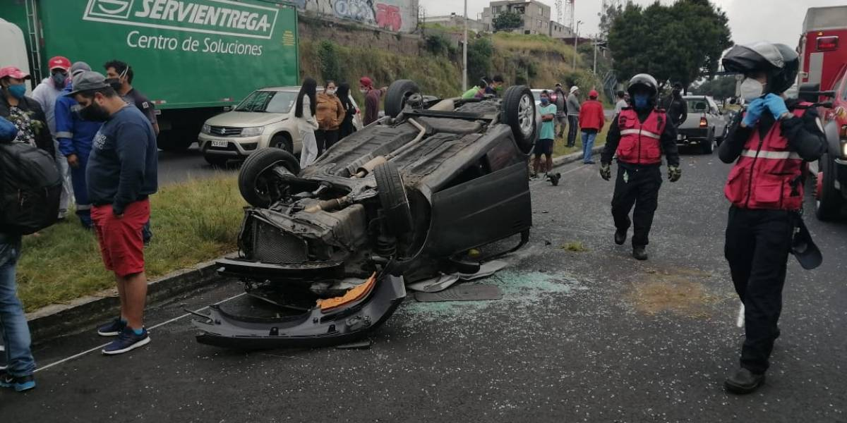 Quito: Accidente en la Simón Bolívar provoca cierre vial