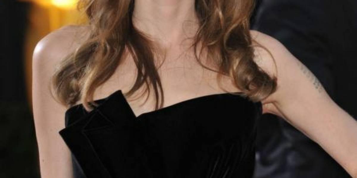 Angelina Jolie hipnotiza en una franelilla blanca transparente y jeans a la cadera