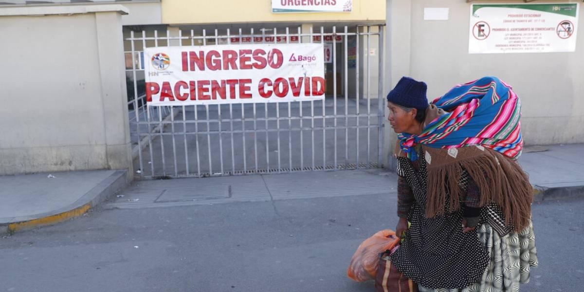 El drama de Bolivia: pobladores bloquean calle con ataúd de un muerto por covid