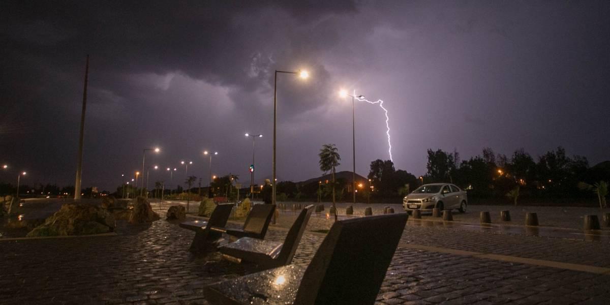 Onemi decreta alerta por tormentas eléctricas para la tarde en la Región Metropolitana