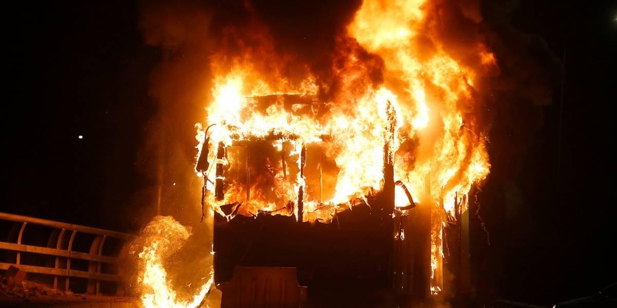 Balance de nueva jornada de protestas: un muerto, bus quemado y detenidos en segunda noche de violentos incidentes