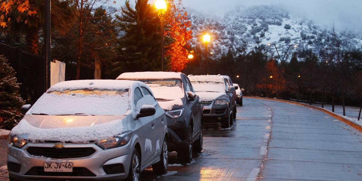 Llegó la nieve: las calles de Lo Barnechea lucen blancas