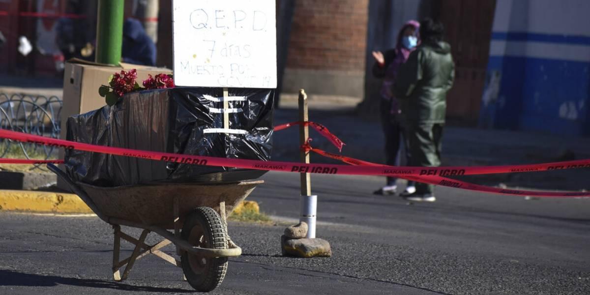 Bloquean calle con ataúd para exigir que sea enterrado, en Bolivia