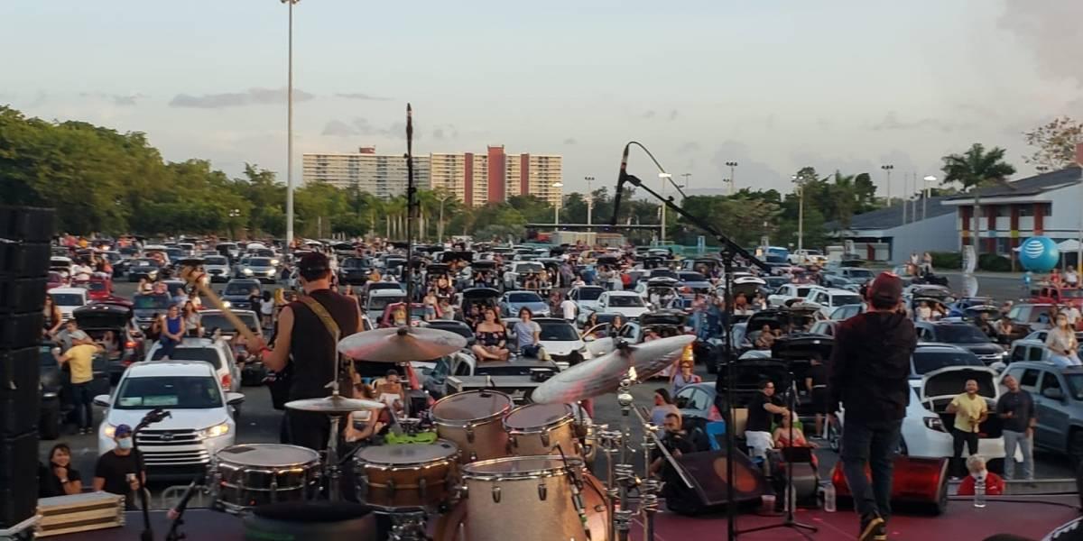 """Cientos de carros en el primer concierto """"drive-in"""" en la Isla"""