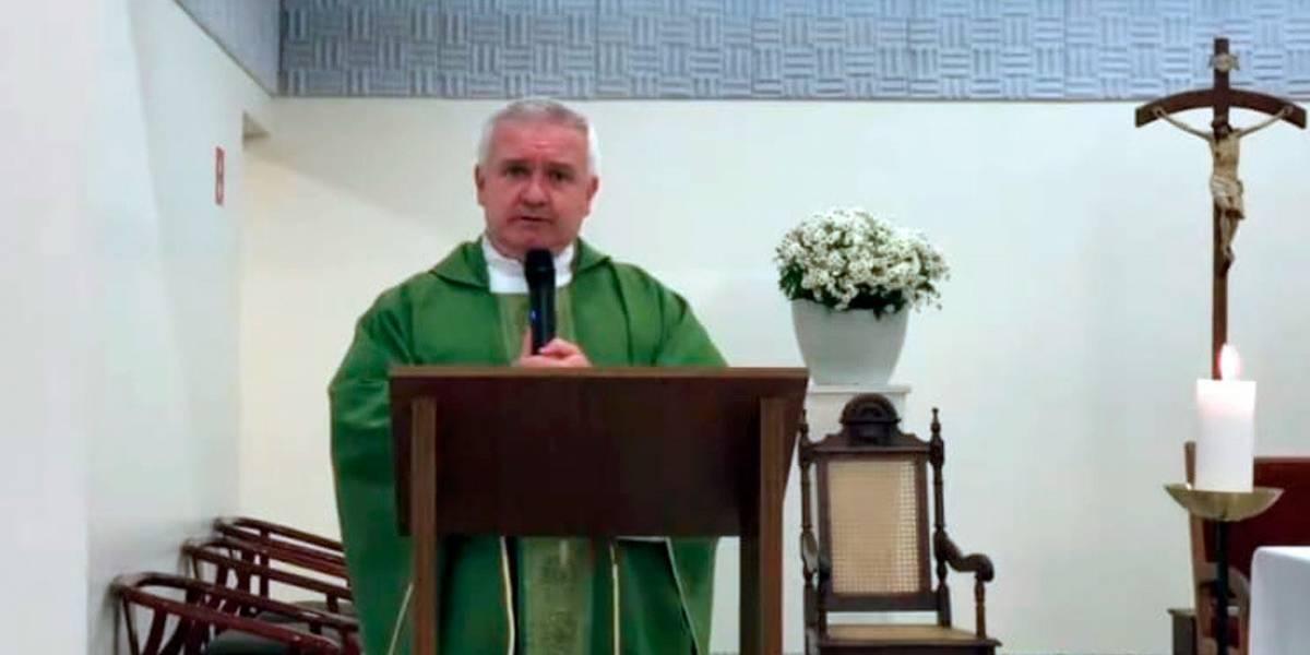 """Un sacerdote pide que acudan a confesarse para pedir perdón por elegir al """"bandido"""" de Bolsonaro"""