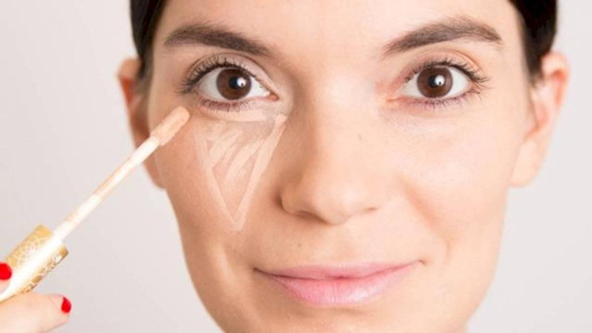 Un triángulo con la base antiojeras te dará un maquillaje perfecto