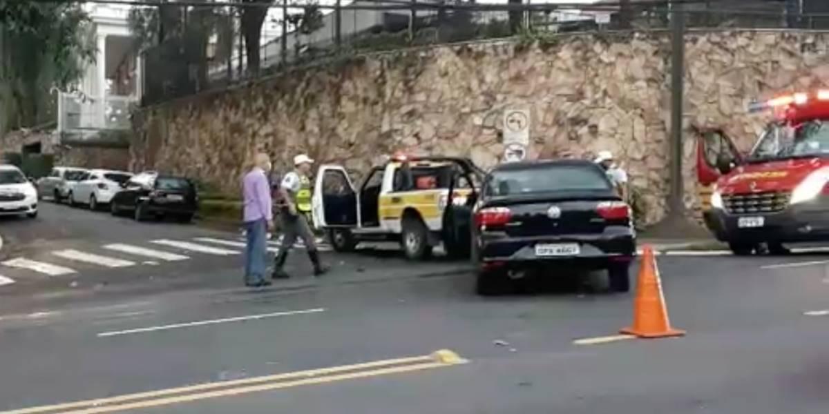 Acidente entre carro e moto deixa dois feridos e bloqueia avenida Morumbi