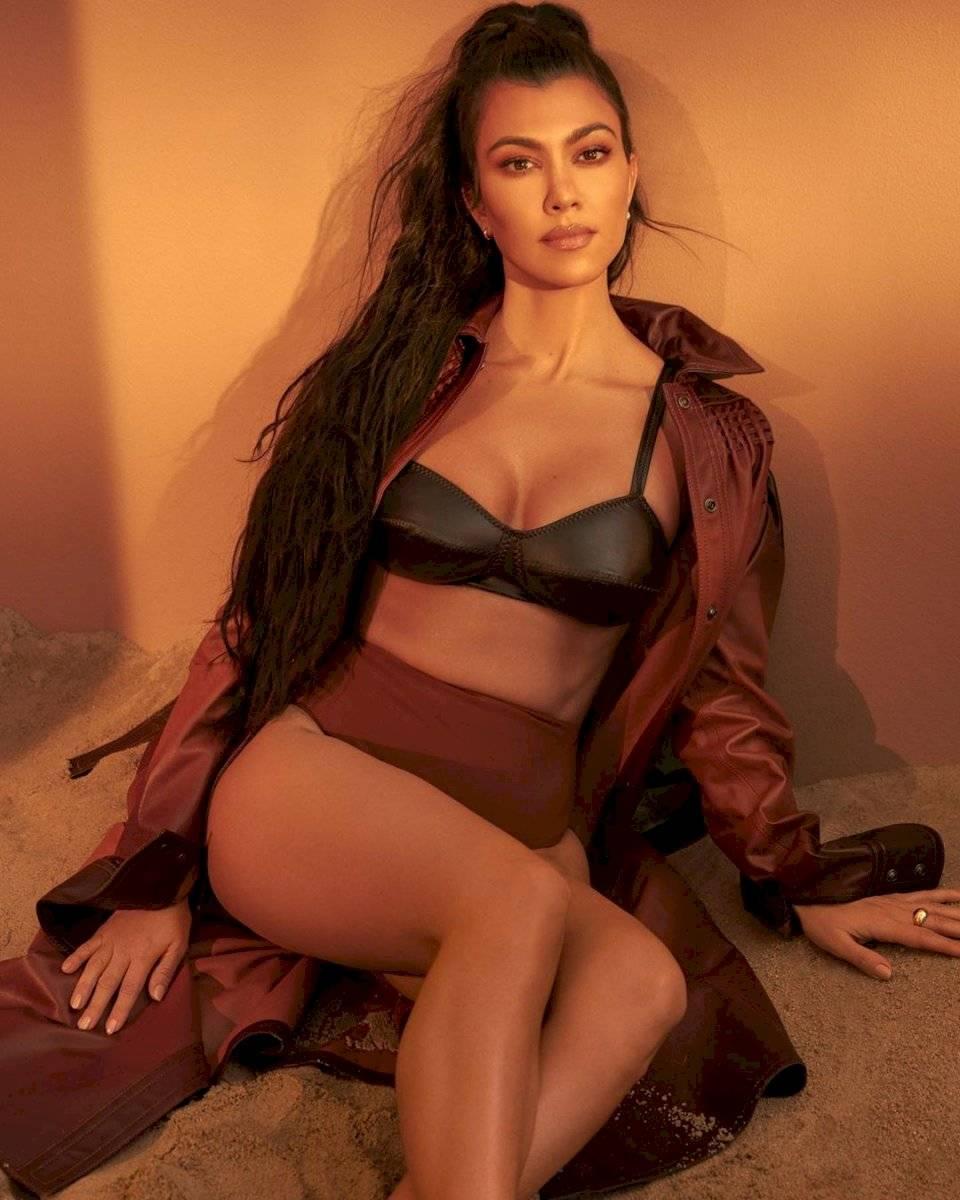 Kourtney Kardashian sorprende en Vogue con un look bob corto y vestido de malla en cristales